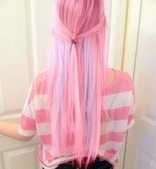 Różowe włosy z fioletowymi pasemkami.  Podobają mi się heh ;p