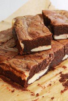 Brownie o smaku Irish Cream z waniliowym serem  Masa czekoladowa: 200g gorzkiej czekolady 100g masła 150g brązowego cukru 4 łyżki syropu do kawy Irish Cream (można zastąpić alko...