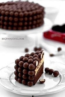 Ciasto podwójnie czekoladowe z Malteserami z lekko kawowym kremem czekoladowym  Składniki na ciasto czekoladowe ciemne:  50 g gorzkiej czekolady 50 g masła 50 g drobnego cukru d...