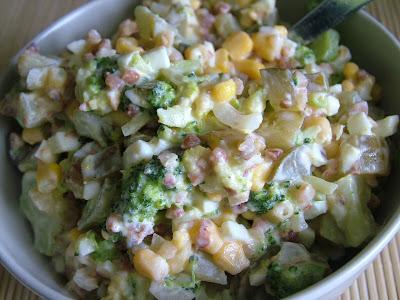 Pyszna   Sałatka z brokułami i kaszą gryczaną   Składniki: kasza gryczana sucha (100g) ½ brokuła (250g) kukurydza (100g) ogórki kiszone (200g) 2 jajka (120g) cebula (100g) jogurt naturalny (50g) przyprawy (sól, pieprz)     Przygotowanie: Jajka gotujemy na twardo. Kaszę gryczaną gotujemy zgodnie z wytycznymi z opakowania, następnie studzimy. Brokuł dzielimy na mniejsze różyczki i gotujemy do miękkości, następnie po przestudzeniu drobno kroimy. Do miski wrzucamy pokrojone jajka, pokrojone w kostkę ogórki kiszone, pokrojoną cebulę, brokuły, kukurydzę z puszki i kaszę gryczaną. Wszystko mieszamy z jogurtem naturalnym i przyprawiamy do smaku.