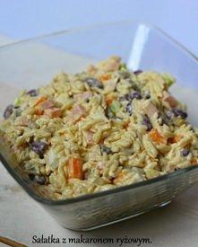 Łatwa, tania, smaczna i szybka sałatka z makaronem ryżowym, fasolą itp. Kliknij w zdjęcie po przepis.