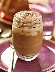 Składniki na 1 porcję: Kawa: 60ml espresso 120ml mleka 1 łyżka syropu czekoladowego 60ml kawowego likieru Kahlúa (lub innego) Dodatkowo: 120ml śmietanki 30% lub 36% 1 łyżeczka c...