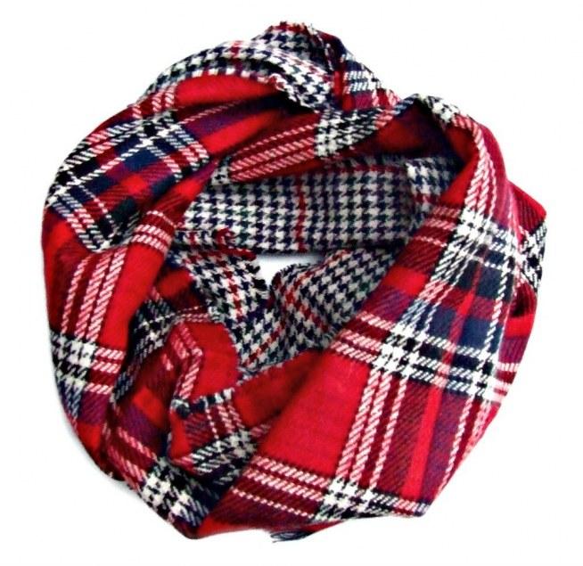 Duży dwustronny szal w kratę i pepitkę. Czerwona krata to hit tej zimy!