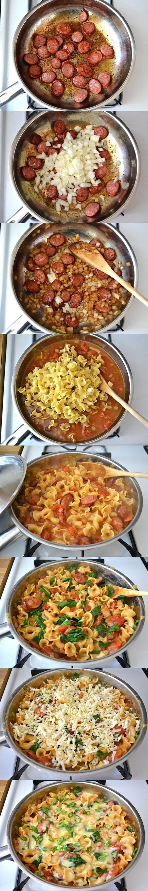 Podsmaż kiełbaskę, potem dodaj cebulkę, zalej pomidorami z puszki i wodą wrzuć makaron wymieszaj przykryj i gotuj na małym ogniu aż makaron zmięknie, na końcu zetrzyj sera przykryj i jeszcze chwilę potrzymaj na palniku ale wyłącz. super smakuje! polecam!