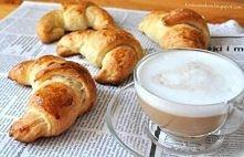 Francuskie śniadanie - Croissanty z czekoladą Składniki (16-18 rogalików): • 2 łyżki + 1 łyżeczka suchych drożdży • 70 ml (1/3 szklanki) wody o temperaturze pokojowej • 570 g (4...