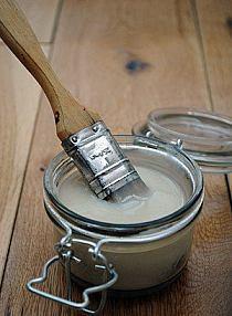 klej, podkład i lakier w jednym - używany do decoupage'u  Mąka, cukier, woda i biały ocet = lepsze, tańsze  Mąka, woda, ocet biały (spirytusowy), cukier Wymieszaj mąkę z cukrem w rondlu (w proporcji 3:1). Dodaj zimnej wody, tak by zrobić pastę i rozbić grudki. Wtedy podgrzewaj na średnim ogniu, aż zgęstnieje. Dodaj łyżeczkę octu. Pozwól miksturze wystygnąć przed użyciem. Przechowuj w pojemniku bez dostępu powietrza. Można przechowywać w lodówce kilka tygodni lub dłużej.