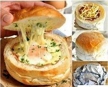 Składniki: - 1 bułka,  - 1 jajko,  - 2 plasterki szynki,  - starty ser ( dowolna ilość)   Bułkę przeciąć na 1/3 od góry tzw. kapelusz, wydrążyć z niej środek i napełnić składnik...