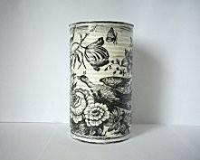Czarno-biała metalowa puszka przedstawiająca pawia wśród przyrody z efektem cieniowania. Puszka ma pojemnośc ok. 1l, wysokośc 18cm.