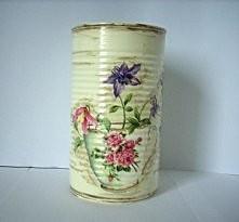 Puszka vintage z kwiatową grafiką, dwie strony puszki ozdobione różnymi kwiatami.