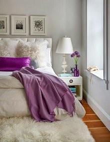 biały pokój z fioletowym do...