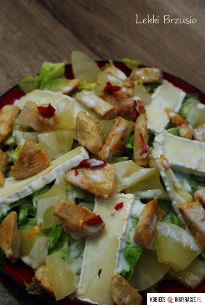 Sałatka z kurczakiem, ananasem i camembertem  Składniki (na 2 duże porcje): 2 piersi z kurczaka 2 garście poszarpanej sałaty lodowej 4 krążki ananasa  1 ser camembert 80 ml soku z ananasa 6 łyżek jogurtu greckiego light 3-4 cm papryczki chilli sól 2 łyżki oleju rzepakowego Przygotowanie: Pierś z kurczaka pokroić w kostkę, posolić; wrzucić na rozgrzaną patelnię z olejem. Zrumienić, od czasu do czasu przemieszać. Pod koniec smażenia dodać posiekaną papryczkę chilli i wymieszać z kurczakiem. Krążki ananasa pokroić na mniejsze części np 1/8. Camemberta pokroić w cienkie plastry. Na talerzu ułożyć porwaną na mniejsze części sałatę, ułożyć ananasa i ser. Na górę ułożyć kurczaka. Całość polać sosem*: 80 ml soku z ananasa wymieszać z jogurtem greckim. *Ilość soku i jogurtu tak naprawdę zależy od upodobań i preferencji konsystencji czy słodkości.