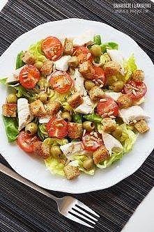pół pieczonej/grillowanej piersi z kurczaka kromka żytniego chleba kilka liści sałaty masłowej (może być też rzymska lub inna)) oliwki zielone kilka pomidorków koktajlowych łyżk...