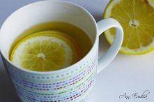 Szklanka wody z cytryną wypita rano to naturalny detoks - cytryna oczyszcza organizm z toksyn, poprawia przemianę materii, wyrównuje ph w żołądku (mimo, że kwaśna, ma odczyn zas...