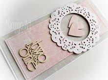 Przestrzenna kartka w szarości i różu, z dodatkiem białej rozety, zdobiona delikatnymi przeszyciami oraz przestrzennym tekturowym napisem *two become one*.  Do kupienia w butiku...
