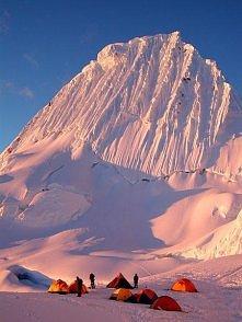 Alpamayo szczyt w Andach, Peru. Wys. 5947mnpm. Przez wielu uważana jest za najpiękniejszą górę świata. Musze przyznac, ze wyglada naprawde imponujaco.