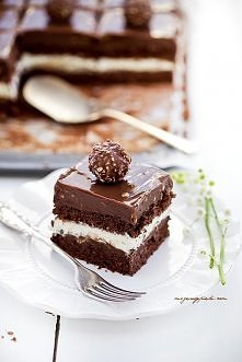 Kostka Rocher Składniki na biszkopt orzechowo - czekoladowy: 8 jajek, białka i żółtka osobno 180 g drobnego cukru do wypieków 120 g mąki pszennej tortowej 40 g kakao 200 g zmiel...