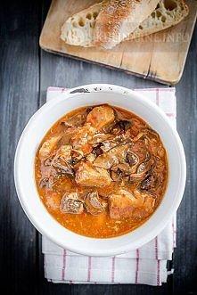 Gulasz z papryką i grzybami, Składniki (4 porcje)      1 kg mięsa z szynki wi...