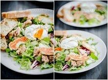 Sałatka z tuńczykiem i jajkiem w koszulce, Składniki (2 porcje)      200 g mieszanki sałat     230 g tuńczyka w sosie własnym     kilka plasterków sera halloumi     2 jajka     ...