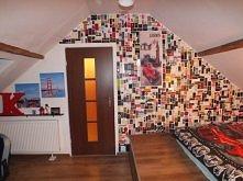 Ściana wyklejona metkami do pokoju młodzieżowego.