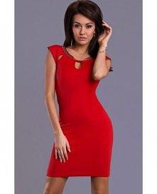 Czerwona mini sukienka z wycięciami przy dekolcie.