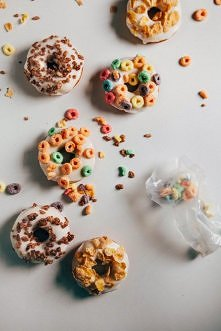 Przepis na pyszne pączki z posypką z płatków śniadaniowych   Są śmiesznie pro...