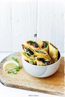 Wrapy z cienkich omletów ziołowych Cienkie omlety ziołowe (ok. 8 sztuk):  • 4 duże jajka • 4 łyżki zimnej wody • około 4 łyżek drobno posiekanego szczypiorku • + dodatkowo około...