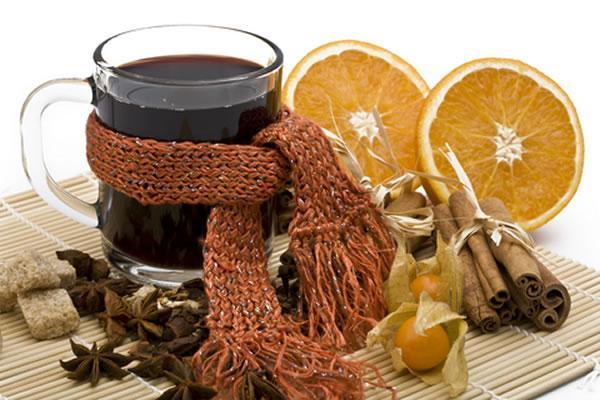 Przepisy na GRZAŃCE z wina i piwa  Grzane wino z korzeniami Składniki: 1/2 litra czerwonego wina, skórka pomarańczowa – 0,5 łyżeczki, 1 łyżeczka cynamonu, 10 dkg cukru, woda 1,5 szklanki, 15 goździków, 1 laska wanilii. Przygotowanie: Wino podgrzewamy z przyprawami (nie może się zagotować), cukrem i wodą pod przykryciem.  Grzaniec z wina i rumu Składniki: 1 litr wina czerwonego, 2-3 laski cynamonu, 3-4 goździki, laska wanilii, 1 pomarańcza, 1 cytryna, cukier w kostkach, 1 kieliszek rumu. Przygotowanie: Wino podgrzewamy z cynamonem, goździkami i wanilią. Pomarańcze i cytrynę kroimy w ćwiartki. Kostki cukru moczymy w rumie. Wszystko to wrzucamy do garnka z winem. Można również dodać szklankę soku pomarańczowego.  Wino grzane z miodem Składniki: 1 butelka czerwonego wina, 10 dag cukru, 15 dag miodu, 1 kieliszek wódki, 3-4 goździki, 1 laska cynamonu, skórka pomarańczowa, skórka cytrynowa. Przygotowanie: Wino podgrzewamy z cukrem, goździkami, cynamonem i skórkami z pomarańczy i cytryny. Przecedzamy. Osobno gotujemy miód i szumujemy go. Łączymy wino, miód i wódkę.  Owocowy Raj Składniki: 200 ml czerwonego wina, 100 ml wytrawnego Martini, 50 ml wódki, 200 ml soku z czarnej porzeczki, 2 pomarańcze, 1 torebka, przyprawy do grzańca o smaku malinowym z kardamonem. Przygotowanie: Pomarańcze obieramy, kroimy, wrzucamy do garnka, dodajemy pozostałe składniki i dobrze zagrzewamy. Podajemy w wygrzanych szklaneczkach.  Winko z cynamonem Składniki: 2 lemonki, 2 pomarańcze, 1 butelka (750 ml) mocnego czerwonego wina, 300 ml brandy, 0,5 szklanki cukru pudru, gałka muszkatołowa, goździki, 4 duże pałeczki cynamonu. Przygotowanie: Tniemy pomarańcze i lemonki w plastry. Podgrzewamy wino. Dodajemy do wina kawałki owoców, goździki i gałkę muszkatołową. Podgrzewamy wszystko nie dopuszczając do zagotowania, następnie dodajemy cukier. Nalewamy do kubka, dekorujemy pałeczkami cynamonu. Wiktoriańskie grzane wino Składniki: 1 butelka czerownego wina musującego, 140 ml syropu z czarnych porzeczek, 3