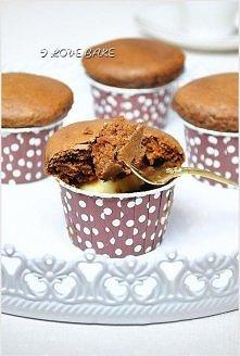 Muffinki nadziewane białą czekoladą  SKŁADNIKI:  ILOŚĆ: 12 muffinek  250 g mąki 2 łyżki kakao 2 1/2 łyżeczki proszku do pieczenia 1/2 łyżeczki sody 1 jajko 130 g cukru 80 ml ole...