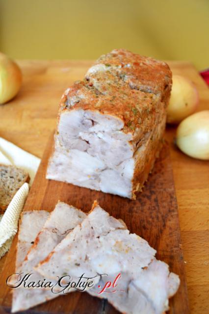 Szynka cebulowa na kanapki - Kasia Gotuje Blog - Moja pasja - Gotowanie  900g szynki wieprzowej 14g soli 1 cebula 2 ząbki czosnku 1 łyżeczka majeranku 1 łyżeczka słodkiej papryki 2 łyżki posiekanej natki pietruszki 1 łyżeczka grubo zmielonego pieprzu można też użyć gotowej przyprawy   Połowę mięsa kroimy w kostkę 2 x 2 cm, resztę mięsa drobno mielimy. W misce mieszamy pokrojone i zmielone mięso, sól i pieprz. Jeśli chcesz uzyskać różową szyneczkę to zamiast zwykłej soli dodaj peklosoli. Mi naturalny, szary kolor nie przeszkadza, więc dodaje zwykłą sól.  Cebulę, czosnek, natkę pietruszki, miksujemy blenderem tak długo, aż powstanie gęsta pasta, dodajmy słodką paprykę.  Z mięsa formujemy kulkę, którą dookoła smarujemy dość grubo pastą cebulową.  Kulkę przekładamy do szynkowaru, zamykamy sprężynę i wstawiamy do garnka z wodą, która będzie sięgała do 3/4 wysokości szynkowaru. Gotujemy na bardzo małym ogniu 60 minut od momentu, gdy w wodzie pojawią się małe bąbelki. Można sprawdzić za pomocą termometru, temperatura powinna być powyżej 75 *C  Szynkę można też zrobić w słoiku, nie będzie co prawda tak mocno sprasowana jak w szynkowarze, ale na pewno równie smaczna. Wtedy słoiki napełniamy do 3/4 wysokości i pasteryzujemy przez godzinę od momentu, aż woda się zagotuje.