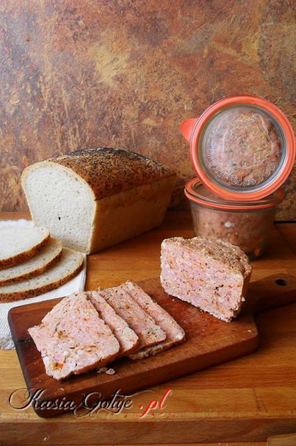 Paprykowa kiełbasa słoikowa Składniki 0,5 kg szynki  0,5 kg łopatki lub karkówki 0,5 kg boczku (średnio tłustego) 2-3 ząbki czosnku łyżka majeranku 3 łyżki suszonych płatków papryki lub 2 łyżki suszonej papryki czerwonej łyżeczka pieprzu 3-4 łyżeczki soli szklanka wody lub wywaru dodatkowo można doprawić suszoną papryką, rozmarynem, tymiankiem, estragonem lub ulubionymi przyprawami Najlepiej dzień wcześniej mięso pokroić, przyprawić podanymi przyprawami, wymieszać z pokrojonym czosnkiem i odłożyć na noc do lodówki.  Kolejnego dnia mielimy mięso z czosnkiem i przyprawami w maszynce o średnich bądź dużych oczkach.Do zmielonego mięsa dolewamy wodę lub wywar i wyrabiamy mięso na gładką masę. Najlepiej spróbować czy jest dość słona.  Wyrobione mięso przekładamy do słoików dobrze upychając, bo po przekrojeniu będą dziurki, słoiki uzupełniamy do 3⁄4 wysokości. Jeśli lubicie galaretkę to do mięsa dodajcie jeszcze jedną szklankę wody. My nie przepadamy, więc dodaję tylko jedną :)  Słoiki zakręcamy lub tak jak ja zakładamy gumy i klamerki, zalewamy w garnku do 3⁄4 wysokości wodą i pasteryzujemy od momentu zagotowania 60 minut.  Kiełbasa po wystudzeniu jest gotowa do jedzenia. Zawekowaną trzymam w lodówce do 3 miesięcy.