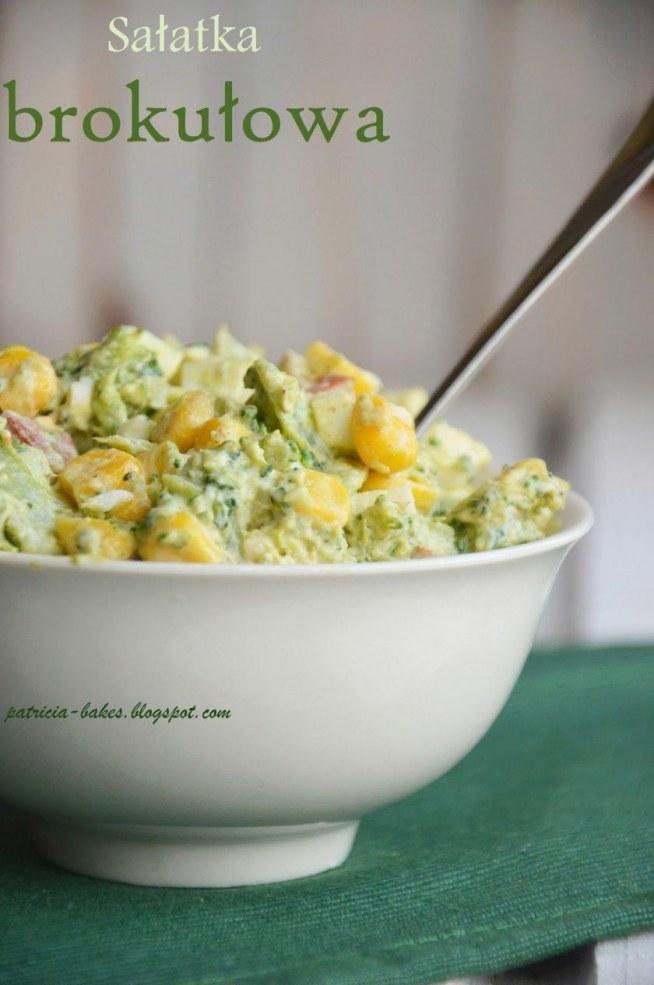 """Składniki - 2 brokuły - 1 ser feta w kostce (200 g) - 0,5 kg wędzonego boczku (użyłam kiełbasy i również świetnie się nadaje) - 4 - 5 ugotowanych na twardo jajek - puszka konserwowej kukurydzy - 2 - 3 łyżki majonezu (lub jogurtu greckiego) - sól i pieprz do smaku  Przygotowanie Brokuły ugotować na pół-twardo w osolonej wodzie. Boczek pokroić w cienkie słupki (lub kiełbasę w drobną kostkę) i mocno wysmażyć na patelni, niemal na chrupko. Ser pokroić w kostkę, jajka ugotować i również pokroić w kostkę. Kukurydzę odsączyć. Wszystkie składniki wymieszać z majonezem (nie za wiele, bo sałatka może wyjść bardzo """"papkowata""""). Można doprawić solą i pieprzem, ale ja sól pomijam, bo sałatka jest już i tak słona od fety i kiełbasy, więc trzeba z tym uważać ;)"""
