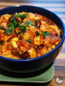 Kurczak z ryżem po meksykańsku. Składniki: -500 g piersi z kurczaka, -1 cebula, -1 papryka, -1 puszka czerwonej fasoli, -1/2 puszki kukurydzy (można dodać całą), -1 woreczek ryż...