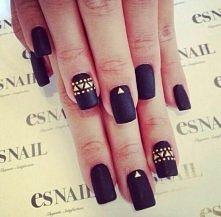 Czarne paznokcie ze złotymi akcentami