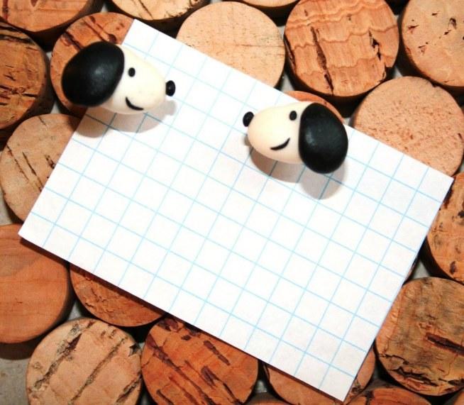 """""""Snoopy"""" (zrobione na zamówienie) Lakierowane pinezki z główkami zrobionymi z modeliny. (modelina) Wymiary: jedna kratka to 0.5cm. Więcej na: puszeczka pandorki facebook"""