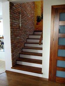 ściana cegła schody deska