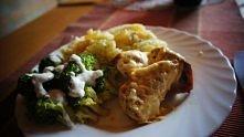 Pierś z kurczaka w gyrosie i brokuł skąpany w sosie czosnkowym