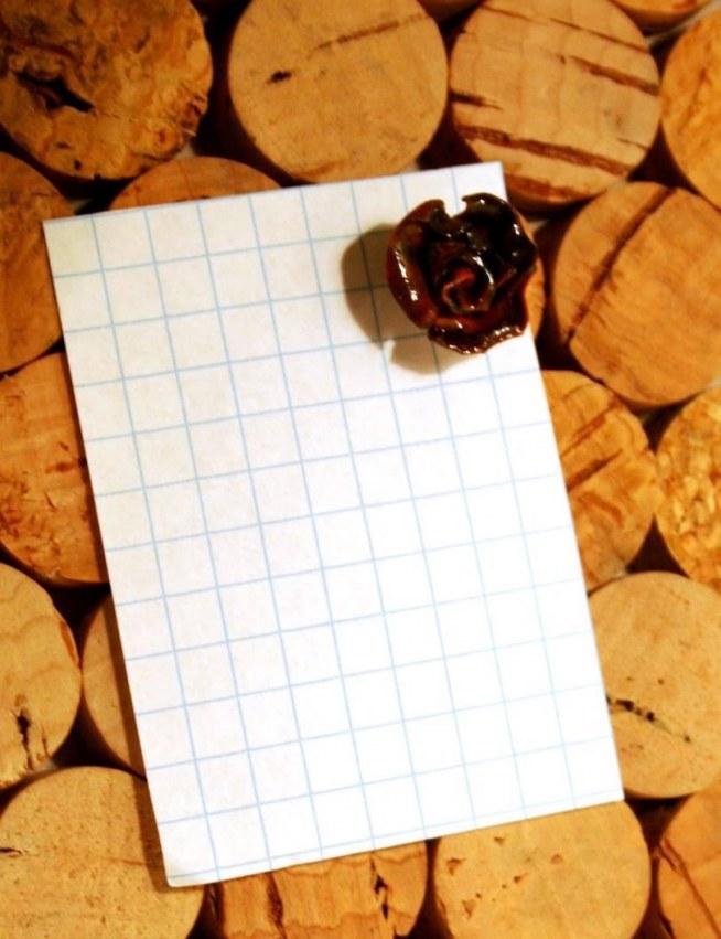 """""""Róża, dwa kolory"""" Lakierowana pinezka z główką zrobioną z modeliny. (modelina gadżet, rękodzieło) Więcej na: puszeczka pandorki facebook"""