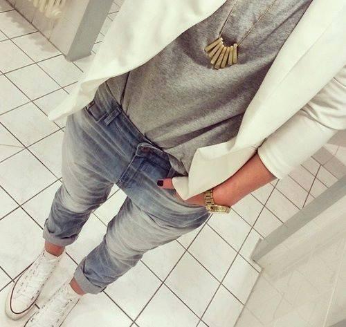 Tshirt, marynarka, spodnie jeansy, trampki, naszyjnik. na