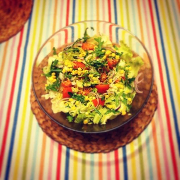 Sałatka z kukurydzą i brązowym ryżem