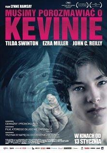 """Tytułowy Kevin to demoniczny nastolatek, który świadomie manipuluje swoim otoczeniem, nie uznaje żadnych zasad i z prowokującym uśmiechem mówi: """"Wstajesz rano i oglądasz te..."""
