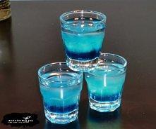Chmurka Składniki:  40 ml wódki 10 ml Blue Curacao łyżeczka soku z cytryny Przygotowanie:  Do kieliszka wlewamy składniki w podanej kolejności (bez łyżeczki, syrop sam osiądzie ...