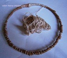 Jak zrobić swój łapacz snów? Można wykorzystać kawałek drutu, zrobić z niego obręcz i następnie obwinąć całość rzemieniami i/lub muliną. A co dalej? Sprawdź na blogu adzik-tworz...