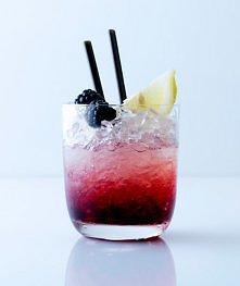 Bramble – owocowa rozkosz:  Składniki:  * Gin (20 ml) * Sok cytrynowy (20 ml) * Likier jeżynowy (10 ml) * Syrop cukrowy (5 ml) * Plasterek cytryny (połówka) * Jeżyny (max. 2).  ...