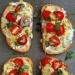 Śniadaniowa Bruschetta :) Składniki:   - 2 łyżki bazylii - 1 szklanka pomidorów wiśniowych  - 4 jajka  - 1 łyżka pesto - szczypta soli i pieprzu - 3 łyżki oliwy z oliwek  - bagietka  - 1/2 szklanki twarożku lub ulubionego serka  - 2 łyżki mleka