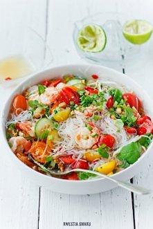 Tajska sałatka z makaronem ryżowym, krewetkami i pomidorkami koktajlowymi: Składniki, 2 - 4 porcje: •100 g makaronu sojowego (cienkie żyłki) lub ryżowego •10 krewetek Black Tige...