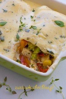 Naleśniki z kurczakiem i warzywami zapiekane w sosie serowym