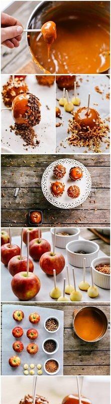 jabłka w karmelu na patyku :D SKŁADNIKI Kilka małych jabłek, opakowanie krówek, masa krówkowa, łyżka mleka, krokant orzechowy lub drobno posiekane orzechy/migdaly/pokruszona cze...