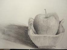 Jabłko w porcelanowej misce...