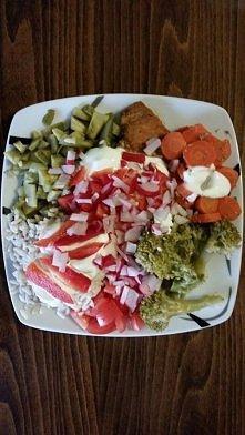 Obiad :D filet z kurczaka smażony z jogurtem bez tł warzywa na parze: brokuły, marchew , ryż,  jogurt grecki, papryka, pomidor rzodkiewki, ogórki konserwowe i kawa ale brak jej ...