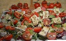 Składniki:  - opakowanie mieszanki sałat ( u mnie z sałatą rzymską i rukolą ) - kilka pomidorków koktajlowych - mała papryka szpiczasta - opakowanie sera pleśniowego ( u mnie ca...